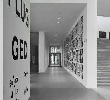 Mirko Borsche / Bureau Mirko Borsche, Coverversionen eigener Grafikdesign-Arbeiten seit den 1990er Jahren bis 2011. Tusche auf Papier, MDF-Platten. . Foto: Julian Baumann