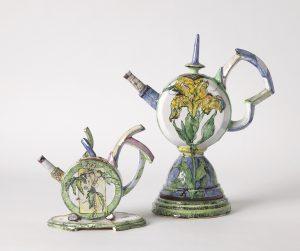 """Sonngard Marcks, Kanne """"Buschwindröschen"""", 2013, große Kanne, 2008, Fayence, H. 23 cm, H. 32 cm Foto: Die Neue Sammlung - The Design Museum (A. Laurenzo)"""