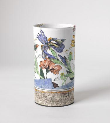 """Sonngard Marcks, Zylindervase, """"Iris"""", 2006, Fayence und Engobenmalerei, H. 22 cm Foto: Die Neue Sammlung - The Design Museum (A. Laurenzo)"""