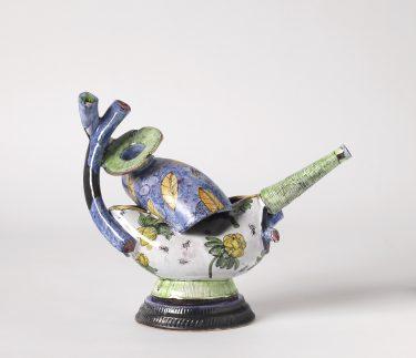 "Sonngard Marcks, Kannenobjekt ""Faltung"", 2013, Fayence, H. 22 cm Foto: Die Neue Sammlung - The Design Museum (A. Laurenzo)"