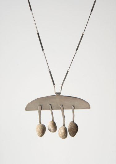 Helga Zahn. Halsschmuck, 1959 Silber, Kieselsteine Die Neue Sammlung ‒ The Design Museum. Dauerleihgabe der Danner-Stiftung, München (Foto: A. Laurenzo)