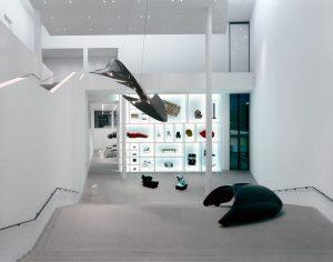 Die Neue Sammlung, Eingangstreppe mit Arbeiten von Luigi Colani und Design Vision. Foto: Rainer Viertlböck